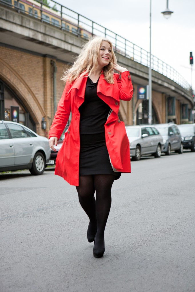 Plus-Size-Red-Trenchcoat-Model-Caterina-Pogorzelski-Megabambi