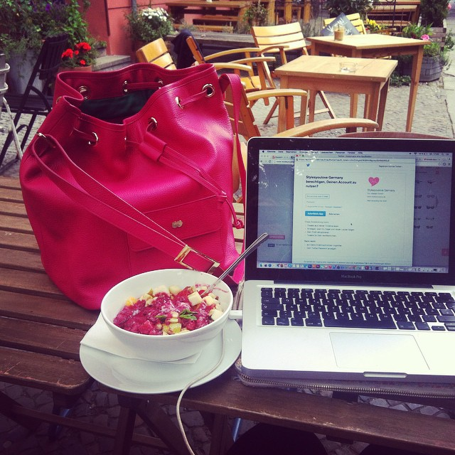 I love the spring  First time blogging Outside in a Café in Berlin. Fell in love in my New pink dream bucket bag from @iloveoona  #bloggingoutside #happygirl #happy #love #pink #iloveoona #projectoona #bags #beautywithplus #daretowear #fashiongram #fashionista #instabag #style #fashiongram #fashion #instagood #ootdmagazine #passion #style #bucketbag