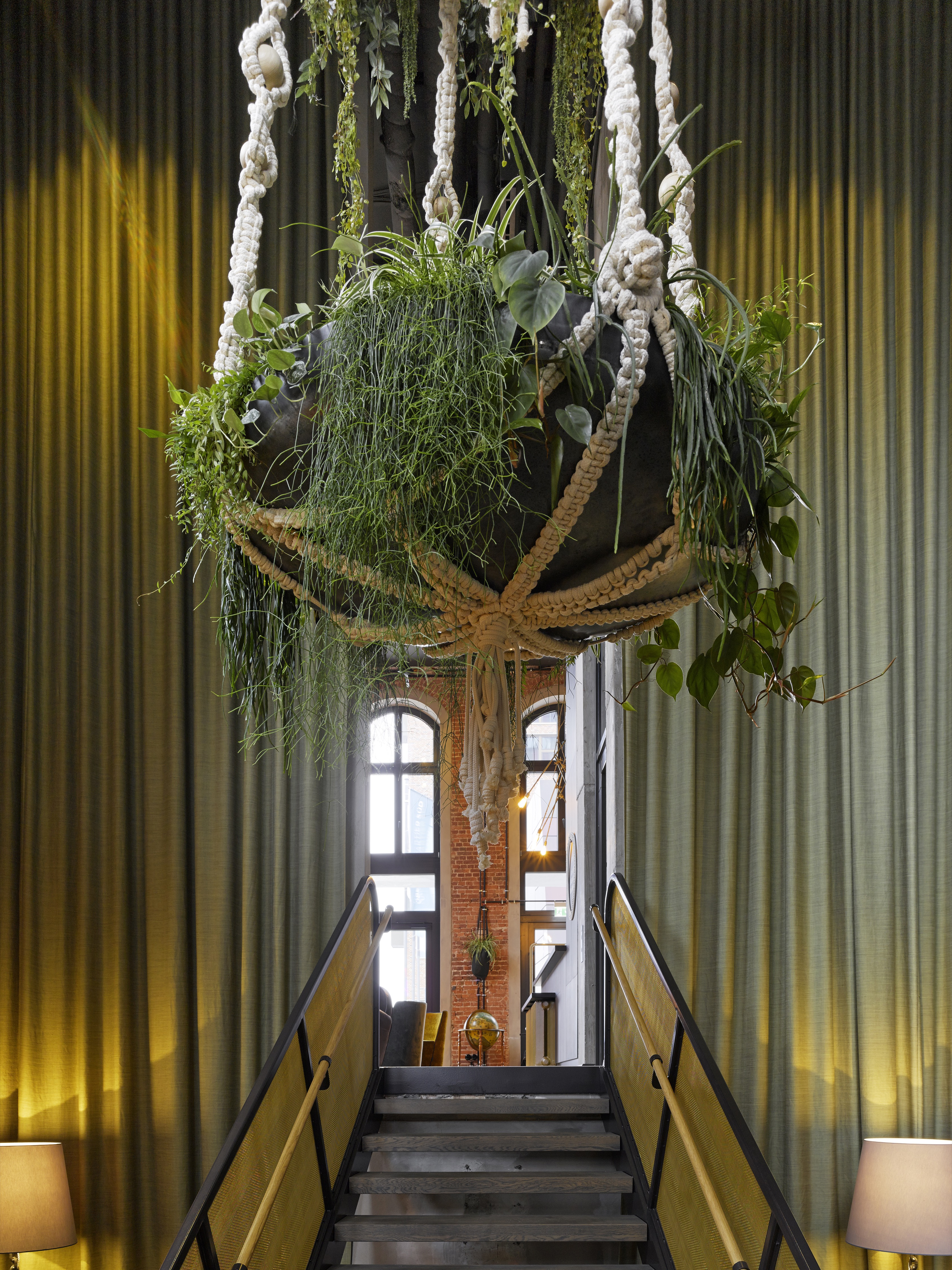 25hours_Hotel_Altes_Hafenamt_Blumenampel_gross-Megabambi