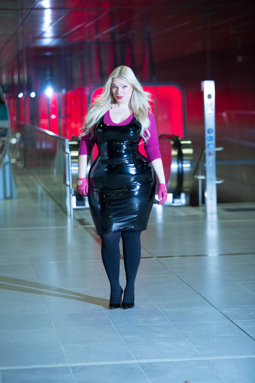 Megabambi-Caterina-pogorzelski-plussize-curvy-Vinyl-Outfit-Lackdress